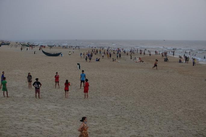 Cấm tụ tập nhưng cả ngàn người ở Quảng Nam vẫn kéo nhau tắm biển - Ảnh 2.