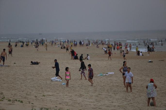 Quảng Nam sẽ xử nghiêm người tụ tập tắm biển, đá bóng sân mini - Ảnh 1.