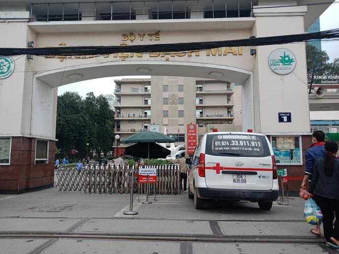 Bệnh viện Bạch Mai ra thông báo khẩn nội bất xuất, ngoại bất nhập - Ảnh 1.