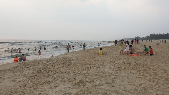 Cấm tụ tập nhưng cả ngàn người ở Quảng Nam vẫn kéo nhau tắm biển - Ảnh 6.