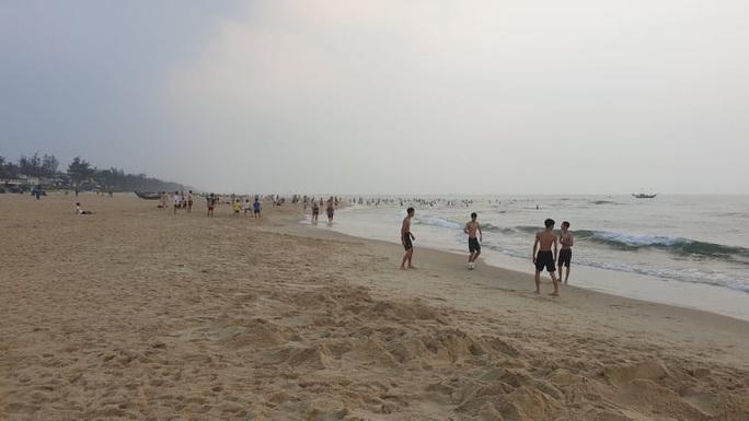 Cấm tụ tập nhưng cả ngàn người ở Quảng Nam vẫn kéo nhau tắm biển - Ảnh 11.