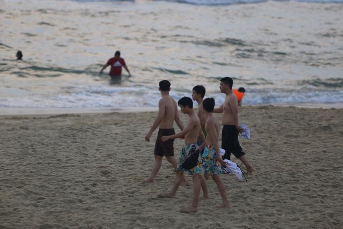 Cấm tụ tập nhưng cả ngàn người ở Quảng Nam vẫn kéo nhau tắm biển - Ảnh 9.