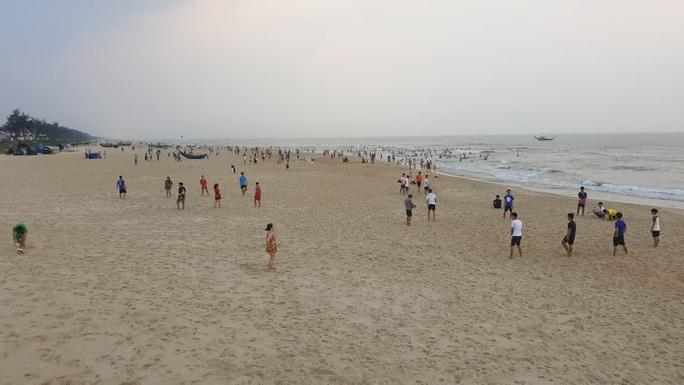 Cấm tụ tập nhưng cả ngàn người ở Quảng Nam vẫn kéo nhau tắm biển - Ảnh 10.