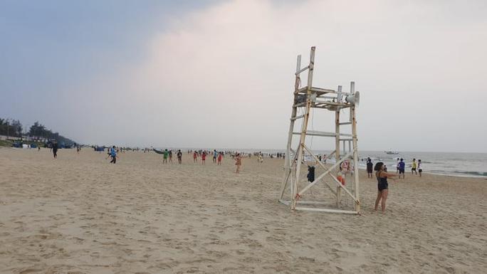 Cấm tụ tập nhưng cả ngàn người ở Quảng Nam vẫn kéo nhau tắm biển - Ảnh 7.