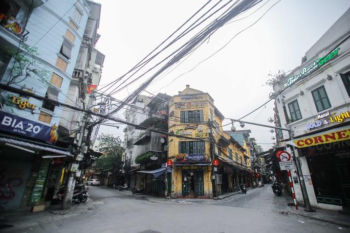 Đường xá, hàng quán vắng tanh sau yêu cầu hạn chế tụ tập nơi đông người của Thủ tướng - Ảnh 2.