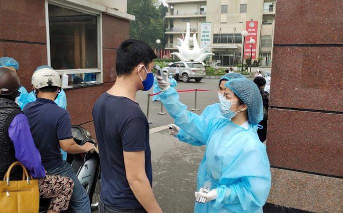 Bệnh viện Bạch Mai ra thông báo khẩn nội bất xuất, ngoại bất nhập - Ảnh 2.