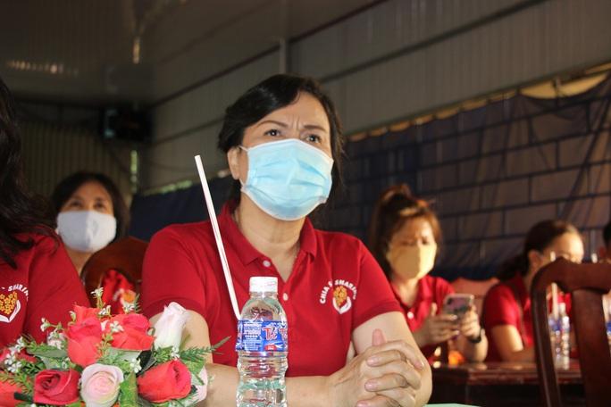 CLIP: Phu nhân Nguyên Chủ tịch nước Trương Tấn Sang mang niềm vui đến 8 tỉnh vùng hạn, mặn - Ảnh 6.