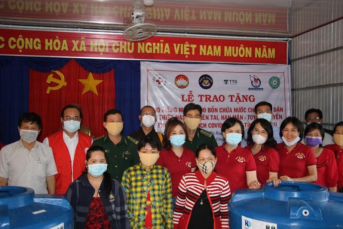 CLIP: Phu nhân Nguyên Chủ tịch nước Trương Tấn Sang mang niềm vui đến 8 tỉnh vùng hạn, mặn - Ảnh 7.