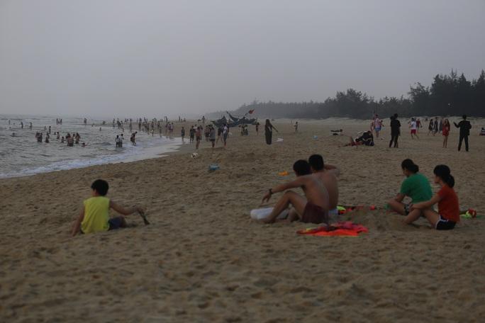 Cấm tụ tập nhưng cả ngàn người ở Quảng Nam vẫn kéo nhau tắm biển - Ảnh 5.