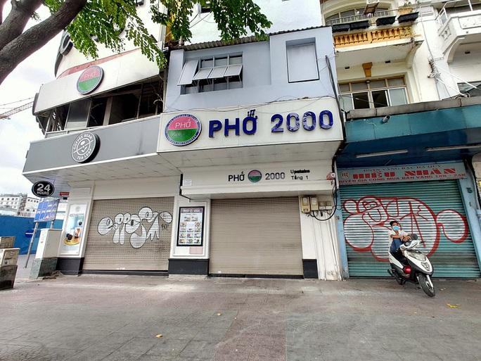 TP HCM: Hàng quán đồng loạt đóng cửa, người dân ngồi cách nhau 2m - Ảnh 2.