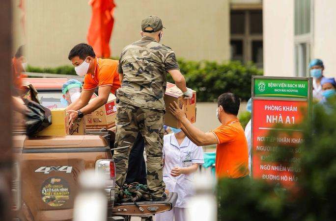 Sau lệnh cách ly, cố mang đồ tiếp tế cho thân nhân trong Bệnh viện Bạch Mai - Ảnh 5.