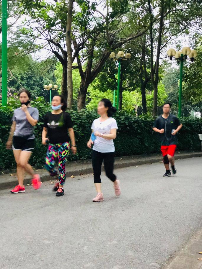Nhiều người tập thể dục Hà Nội vẫn không đeo khẩu trang nơi công cộng - Ảnh 3.