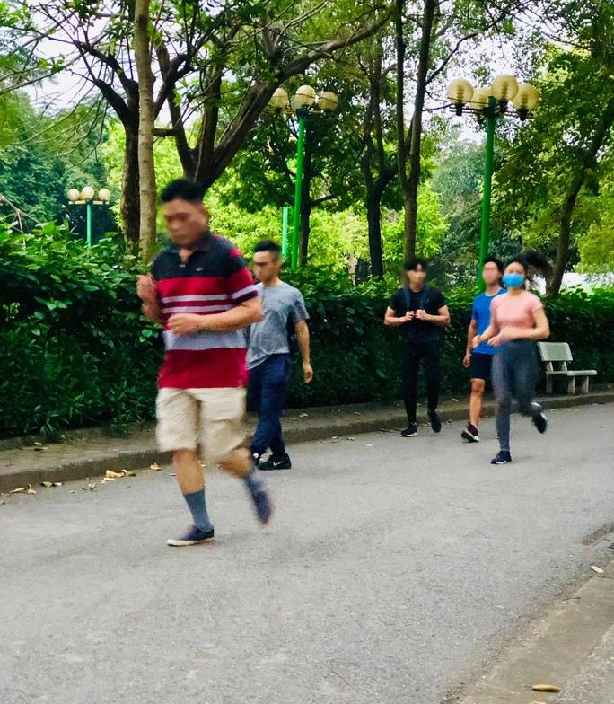 Nhiều người tập thể dục Hà Nội vẫn không đeo khẩu trang nơi công cộng - Ảnh 4.