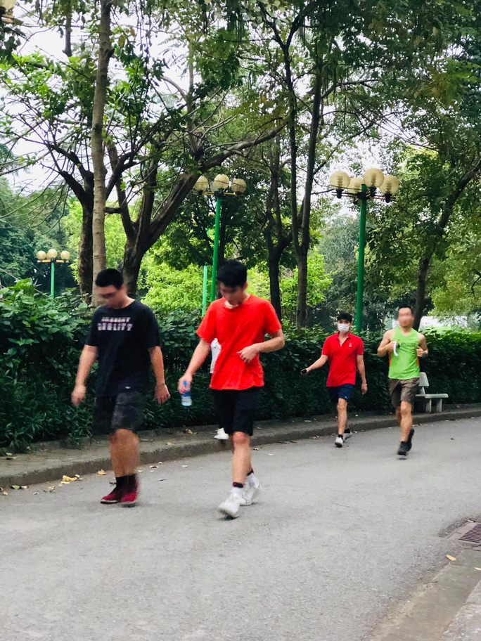 Nhiều người tập thể dục Hà Nội vẫn không đeo khẩu trang nơi công cộng - Ảnh 5.