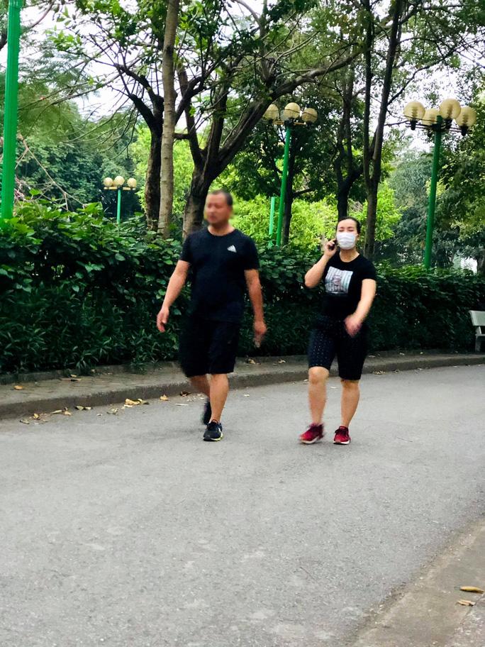 Nhiều người tập thể dục Hà Nội vẫn không đeo khẩu trang nơi công cộng - Ảnh 7.