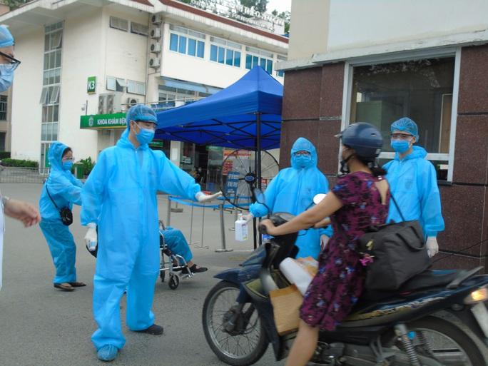Thêm 6 ca Covid-19 mới, đều là nhân viên tại nhà ăn Bệnh viện Bạch Mai - Ảnh 1.