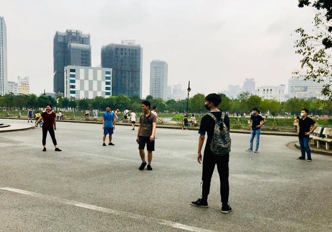 Nhiều người tập thể dục Hà Nội vẫn không đeo khẩu trang nơi công cộng - Ảnh 9.
