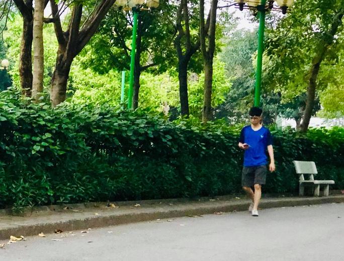 Nhiều người tập thể dục Hà Nội vẫn không đeo khẩu trang nơi công cộng - Ảnh 8.