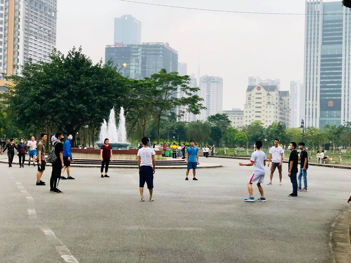 Nhiều người tập thể dục Hà Nội vẫn không đeo khẩu trang nơi công cộng - Ảnh 2.