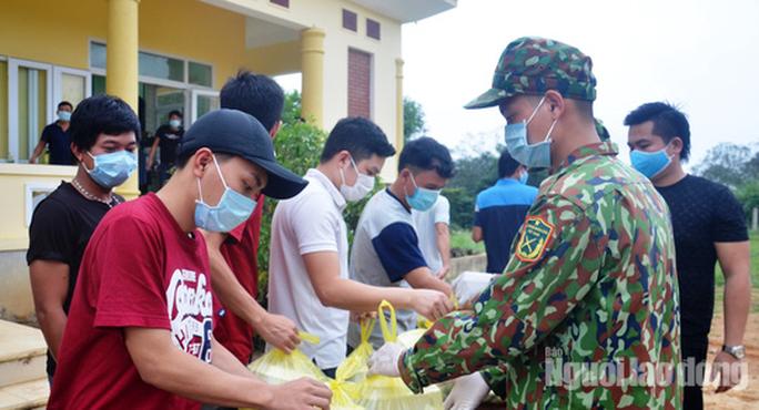 Giám sát gần 100 người Quảng Bình từng khám, điều trị từ  bệnh viện Bạch Mai trở về - Ảnh 1.