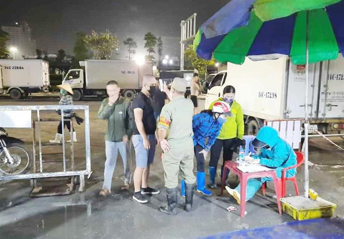 TP Ha Long: Ra duong sau 22 gio phai mang giay to tuy than, co ly do chinh dang
