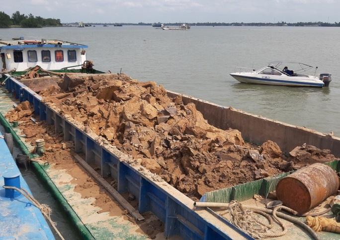 Bắt giữ 7 sà lan của 2 công ty khai thác trái phép đất sét trên sông Hậu - Ảnh 1.