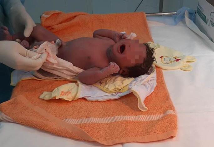 12 y - bác sĩ cấp tốc đến khu cách ly giúp sản phụ sinh con - Ảnh 1.