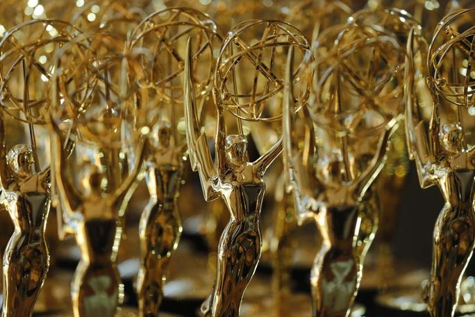 Giải Quả cầu vàng, Emmy thay đổi quy định vì Covid-19 - Ảnh 2.