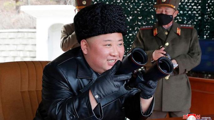 Hình ảnh đối lập giữa ông Kim Jong-un và cấp dưới giữa Covid-19 - Ảnh 1.