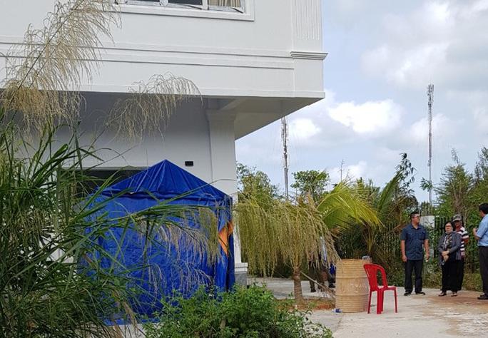 Chưa giao được tài sản vụ xịt nước sơn lên cổng rào nhà nghỉ ở Phú Quốc - Ảnh 2.