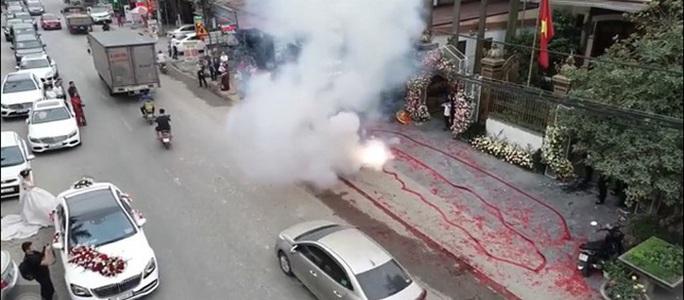 Đốt băng pháo dài hàng chục mét trong đám cưới, nhiều người bị công an triệu tập - Ảnh 2.