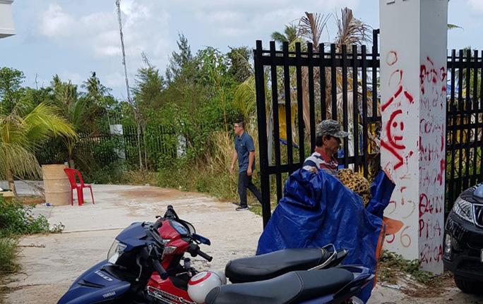 Chưa giao được tài sản vụ xịt nước sơn lên cổng rào nhà nghỉ ở Phú Quốc - Ảnh 3.