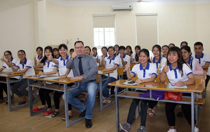 Giáo viên nước ngoài gặp khó vì Covid-19 - Ảnh 1.