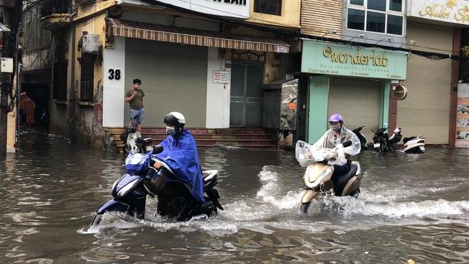 CLIP: Mưa như trút, Hà Nội ngập nhiều nơi, cây đổ đè bẹp xế hộp - Ảnh 5.