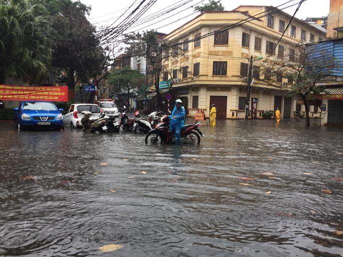 CLIP: Mưa như trút, Hà Nội ngập nhiều nơi, cây đổ đè bẹp xế hộp - Ảnh 6.
