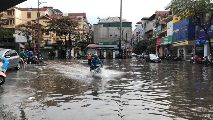 CLIP: Mưa như trút, Hà Nội ngập nhiều nơi, cây đổ đè bẹp xế hộp - Ảnh 7.