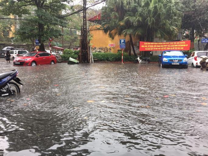 CLIP: Mưa như trút, Hà Nội ngập nhiều nơi, cây đổ đè bẹp xế hộp - Ảnh 8.