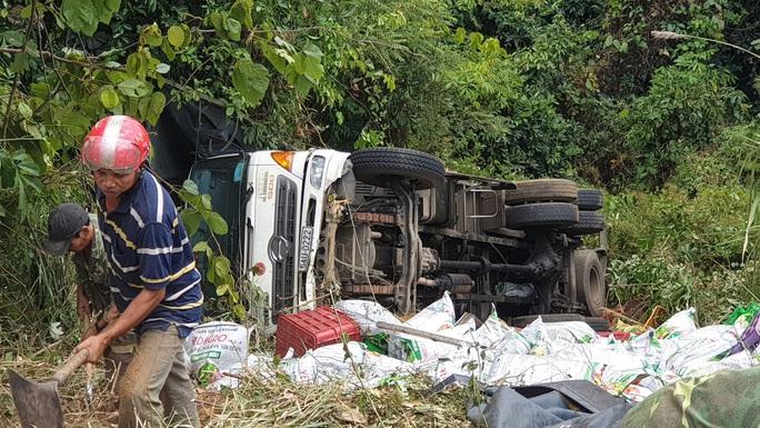 Xe tải mất thắng, rơi xuống vực sâu trên đèo Bảo Lộc - Ảnh 3.