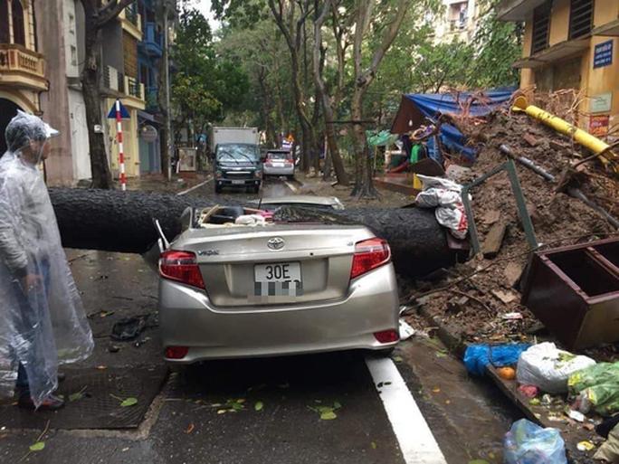 CLIP: Mưa như trút, Hà Nội ngập nhiều nơi, cây đổ đè bẹp xế hộp - Ảnh 2.