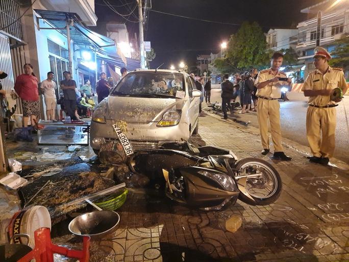 Xe tải trôi tự do gây tai nạn liên hoàn trên đường phố - Ảnh 3.