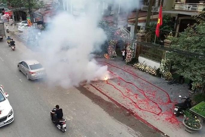 Vụ đốt pháo trong đám cưới: Chủ tịch Hà Nội yêu cầu điều tra không bỏ sót, lọt cá nhân vi phạm - Ảnh 1.