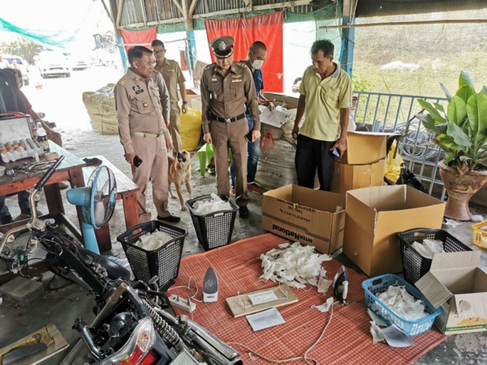 Thái Lan phát hiện một lò tái chế khẩu trang đã qua sử dung - Ảnh 1.