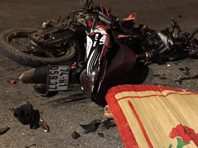 Va chạm với ôtô, 2 thanh niên đi xe máy tử vong - Ảnh 1.