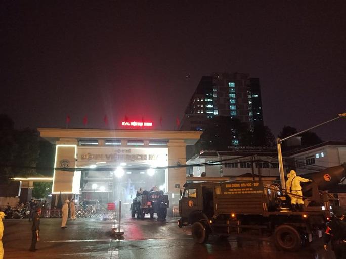Nhân viên y tế không được ra khỏi nhà ảnh hưởng tới việc điều trị 800 bệnh nhân nặng tại BV Bạch Mai - Ảnh 2.