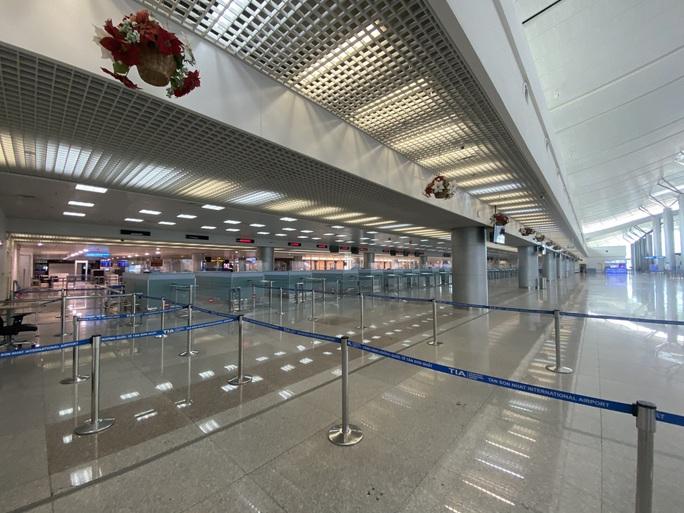 Sân bay Tân Sơn Nhất vắng bóng người sau lệnh hạn chế bay - Ảnh 1.