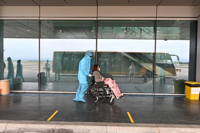 Cận cảnh chuyến bay đặc biệt đưa người Việt Nam từ Ukraine hạ cánh tại sân bay Vân Đồn - Ảnh 6.