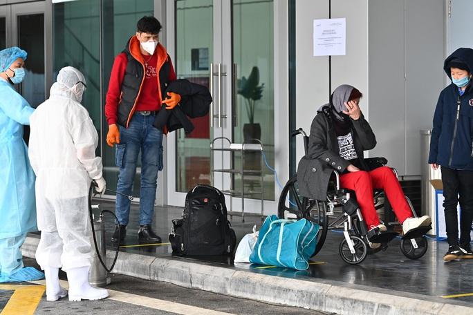 Cận cảnh chuyến bay đặc biệt đưa người Việt Nam từ Ukraine hạ cánh tại sân bay Vân Đồn - Ảnh 5.