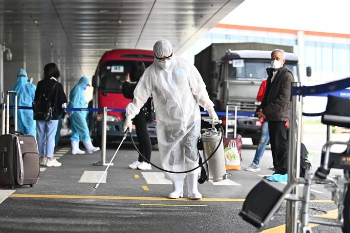 Cận cảnh chuyến bay đặc biệt đưa người Việt Nam từ Ukraine hạ cánh tại sân bay Vân Đồn - Ảnh 7.