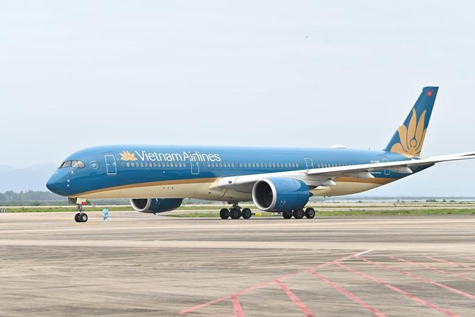 Cận cảnh chuyến bay đặc biệt đưa người Việt Nam từ Ukraine hạ cánh tại sân bay Vân Đồn - Ảnh 1.