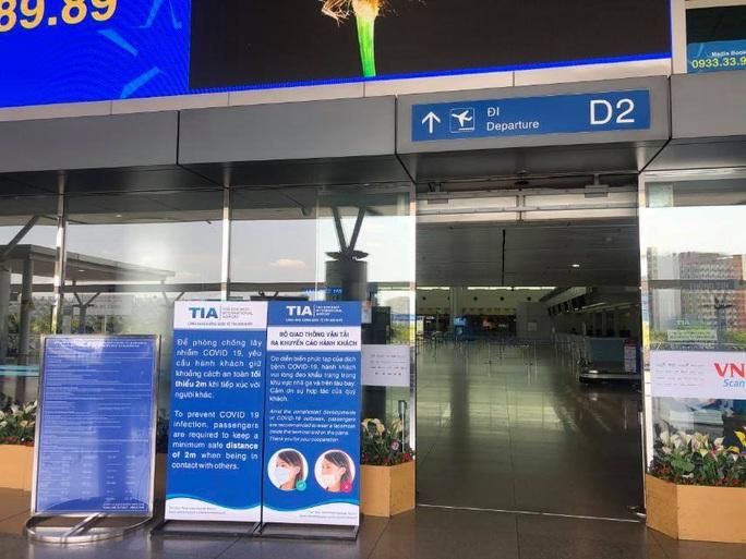 Sân bay Tân Sơn Nhất vắng bóng người sau lệnh hạn chế bay - Ảnh 6.